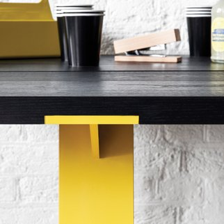 Close up of Edge industrial table with robust and fully customizable frame color